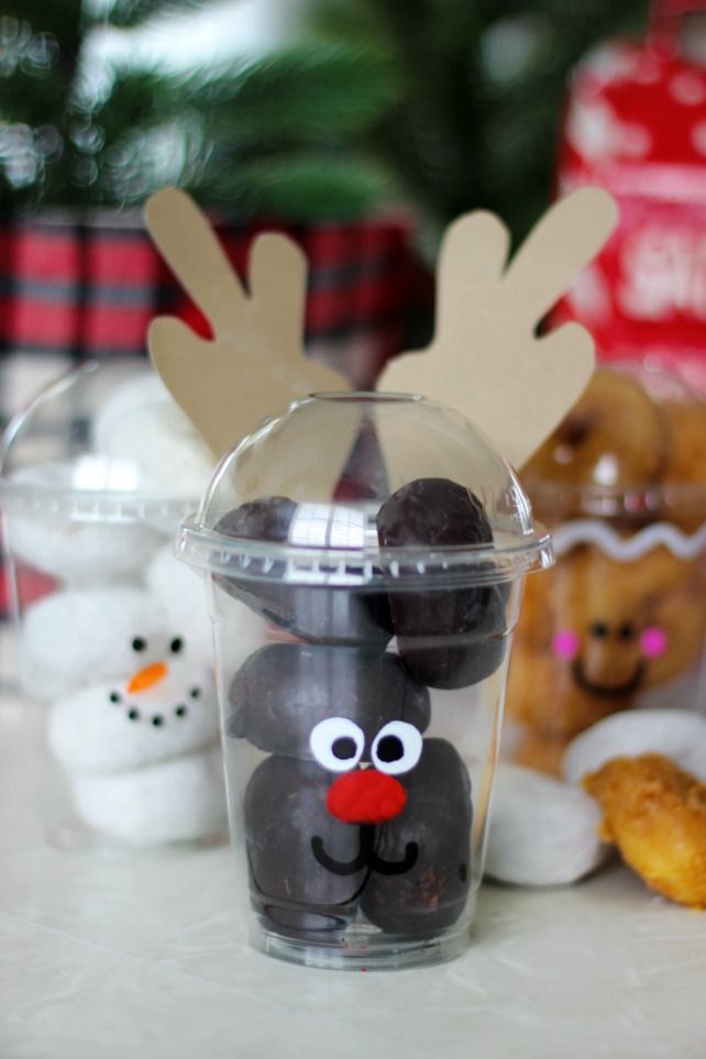 Fill these to-go cups with mini donuts and decorate the front for the most darling holiday party treat cups around! Great for class parties!