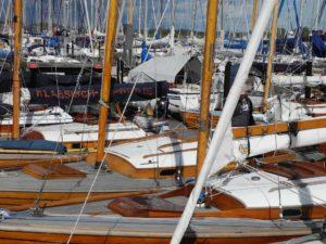 Vier klassische Folkeboote im Hafen