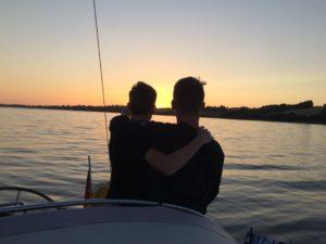 Kevin und David genießen den Sonnenuntergang vor Anker in Vemmingbund