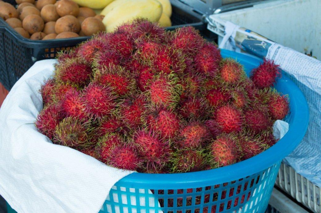 Marktstand mit Rambutan in Chiang Mai, Thailand