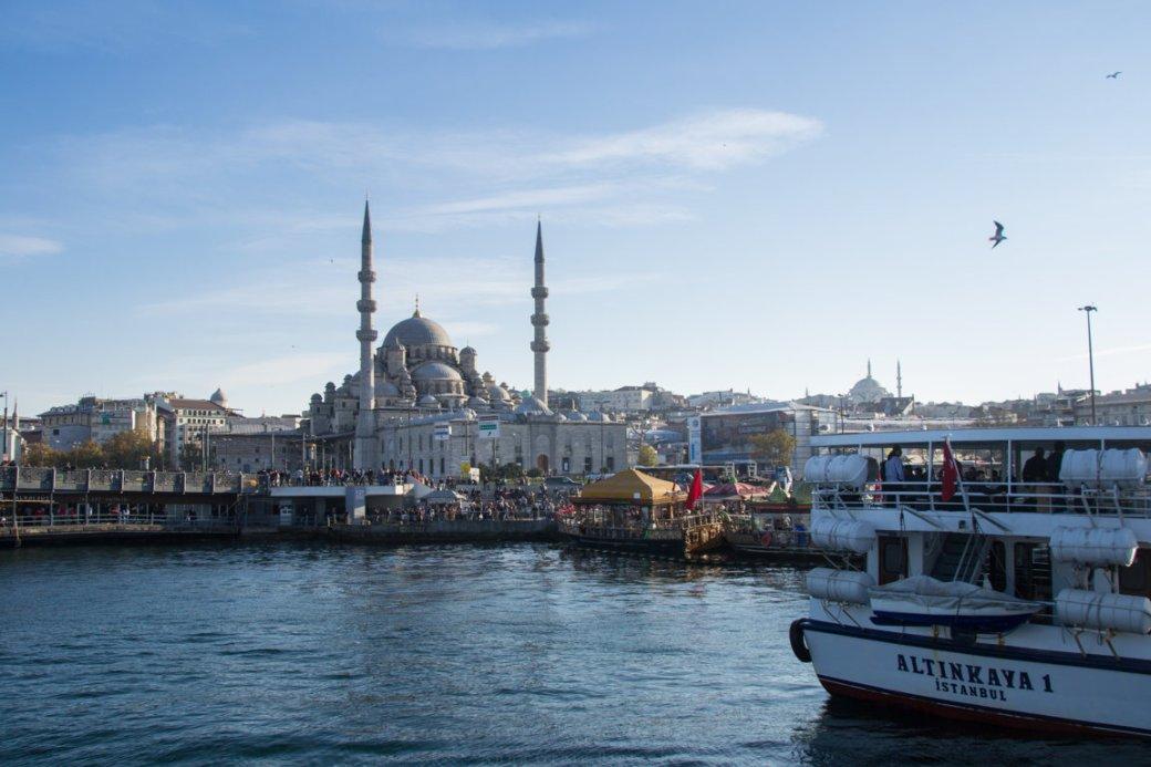 Fähre auf dem Bosporus in Istanbul mit Moschee im Hintergrund, Türkei