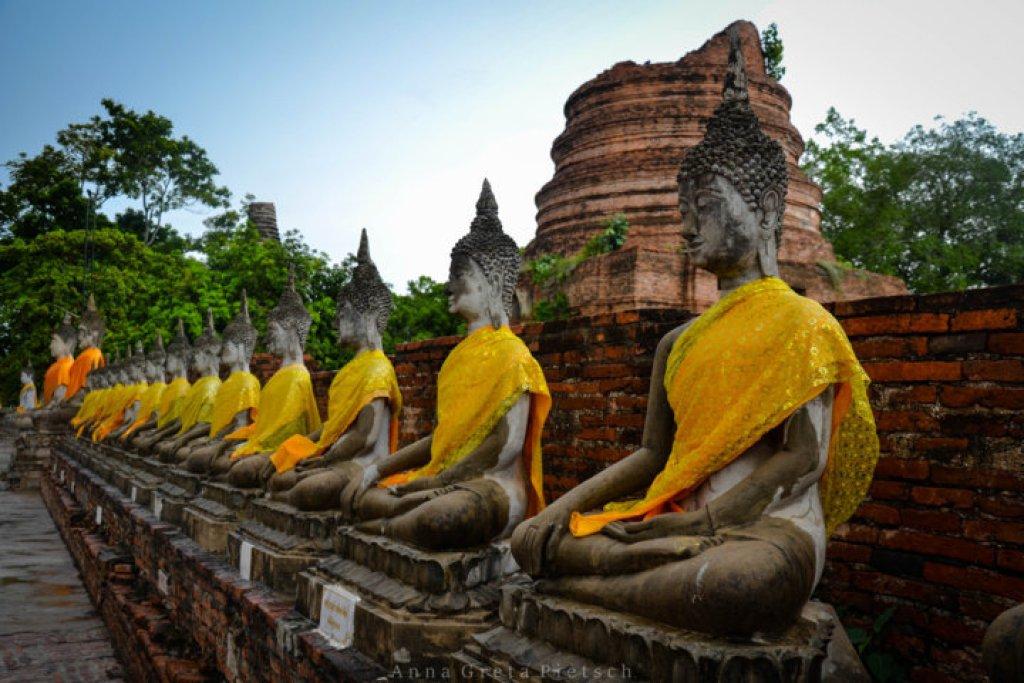 Reihe_mit_Buddhas_Ayutthaya