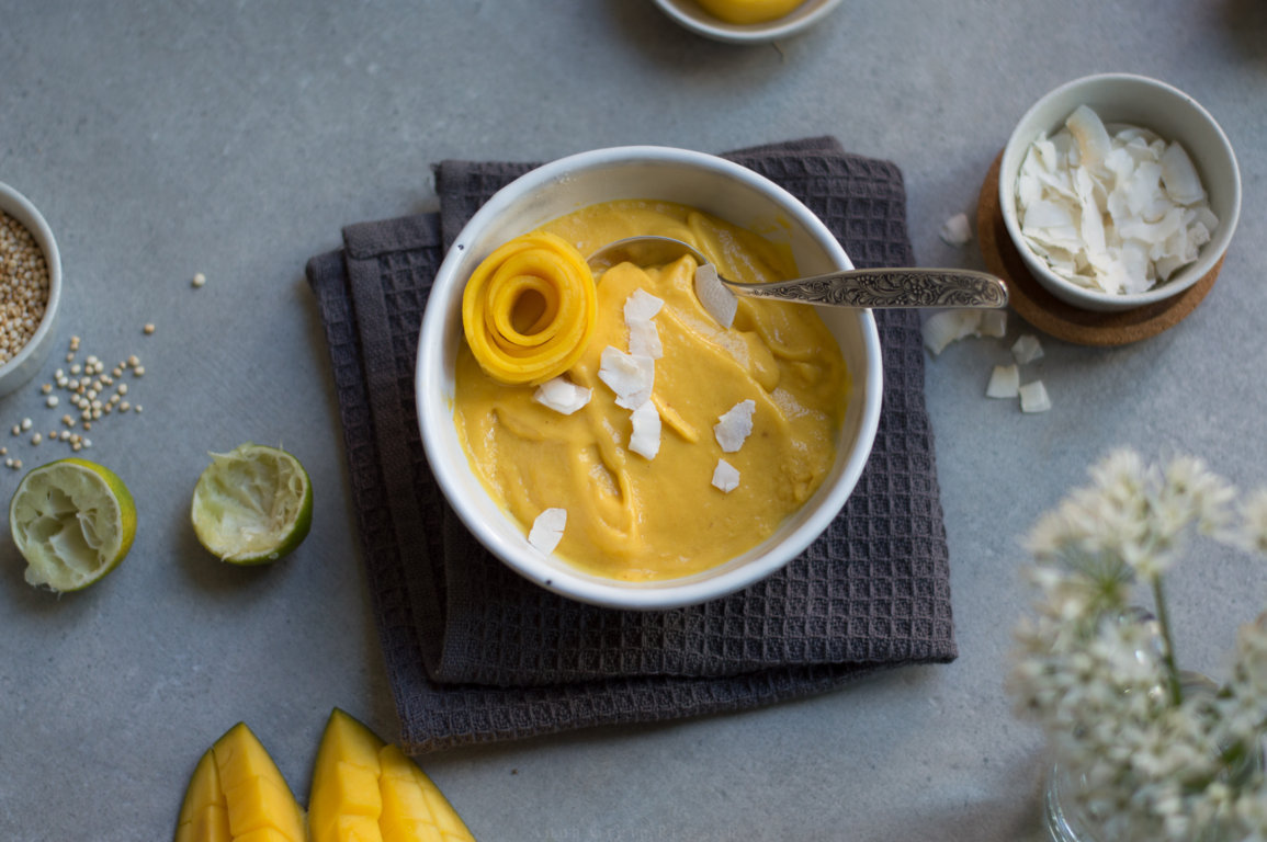 Bowl mit Nicecream Mango Kokos