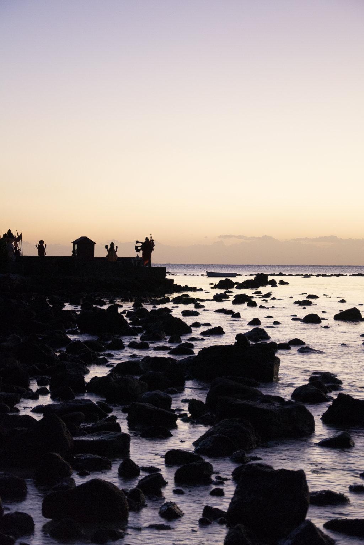 Sonnenunterhang an einem hinduistischen Tempel am Strand auf Mauritius