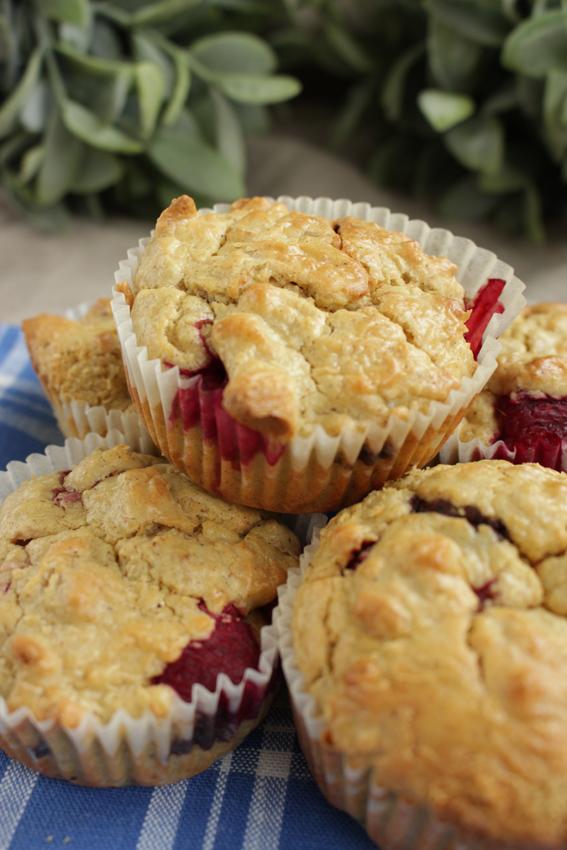 Sunne grove muffins med bær og sjokolade