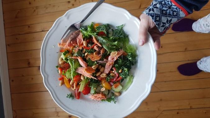 Salat med varmrøkt ørret