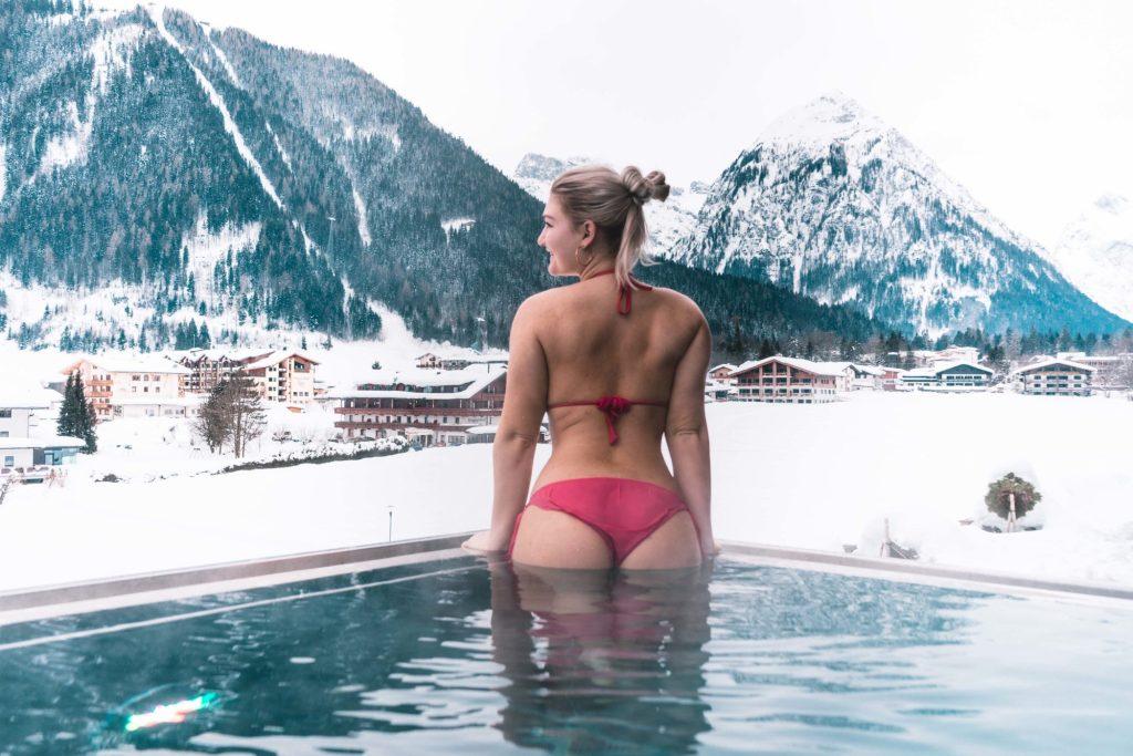 Ann-Kathrin Hitzler im Skypool des Superior Wellness Hotels Karwendel in Pertissau