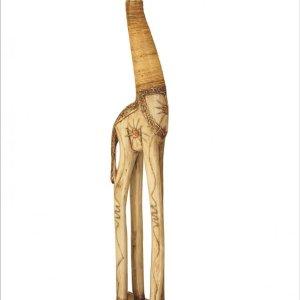 Žirafa je vyřezána ručně z masivního měkkého dřeva