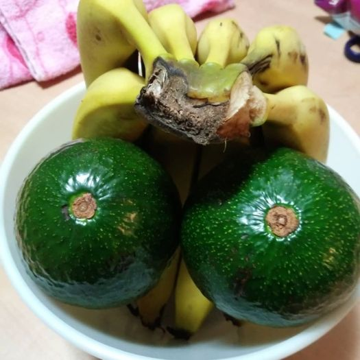 Avos and bananas in a bowl