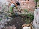 Estableciendo un cantero de cultivo en el patio del Centro Cultural Casa de Pepino. Curso de Certificación de Diseño en Permacultura 2014