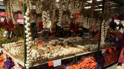I think this vendor sells garlic.