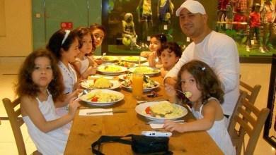 Photo of علي الرفاعي يحب قضاء الوقت مع أبنائه في البيت وأخذهم للحدائق والمنتزهات في العطل
