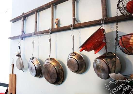 إعادة تدوير سلم قديم واستخدامه كديكور فى المطبخ