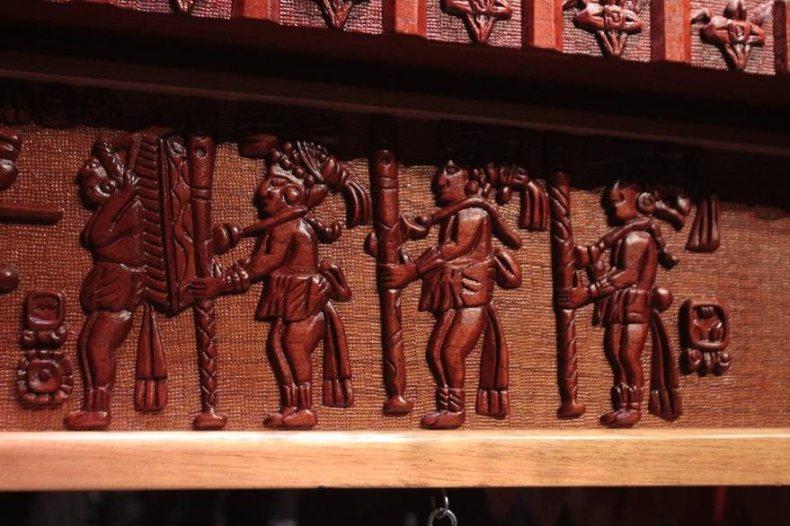 Detalle del vaso de Ratinlinxul, plasmado en una marimba, que muestra a un personaje que porta a la espalda lo que se ha creído es una marimba.  (Foto Prensa Libre: Edwin Castro)
