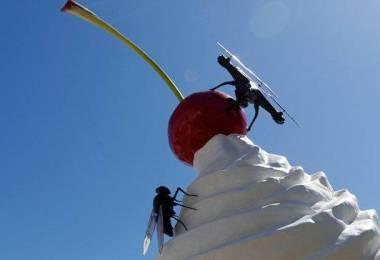 London új szobra a cseresznyén landoló drónnal