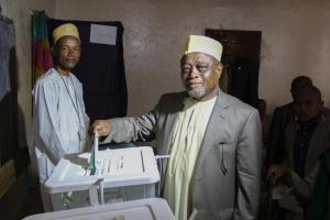 Mohamed Ali Soilihi votes at a polling station in Mbeni on January 25, 2015 during legislative elections (AFP Photo/Ibrahim Youssouf)