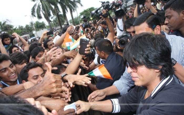 291339-shahrukh-khan-greets-his-fans-with-all-smiles.jpg