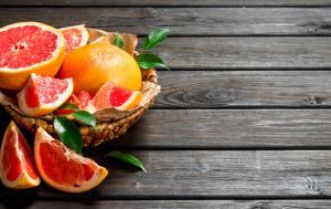 Ripe grapefruit in the basket.