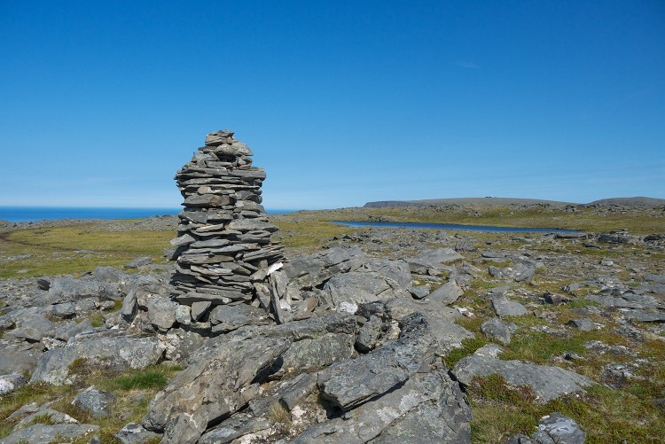 A rock cairn along the path to Knivskjellodden. (Credit: Wikipedia Commons)