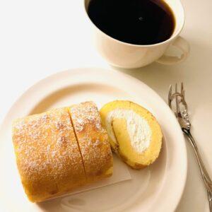 7プレミアム ふんわり手巻きのロールケーキとコーヒー