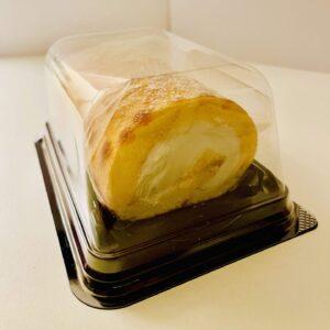 7プレミアム ふんわり手巻きのロールケーキのラベルを外す