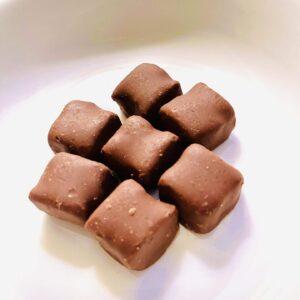 ブラックサンダーひとくちサイズ 糖質50%OFFをお皿に盛り付け
