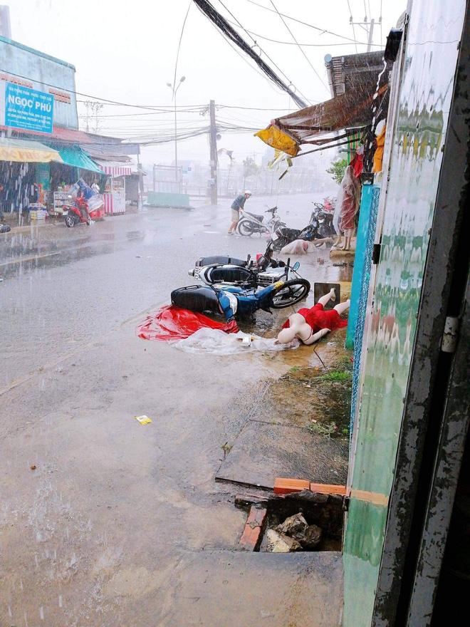 tinngan 090126 527066281 3 Mưa giông dữ dội làm tốc mái hơn 100 căn nhà, xe cộ nằm la liệt giữa đường