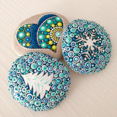 Beautiful christmas rock painting ideas (12)