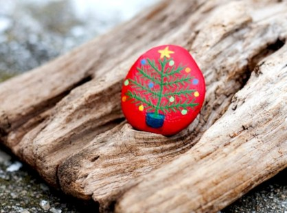 Beautiful christmas rock painting ideas (17)