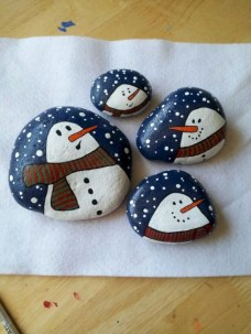 Beautiful christmas rock painting ideas (34)