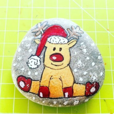 Diy cristmas painted rock design 06