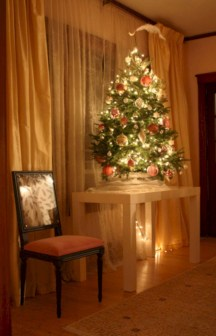 Ideas to decorate your space with candles for christmas 32