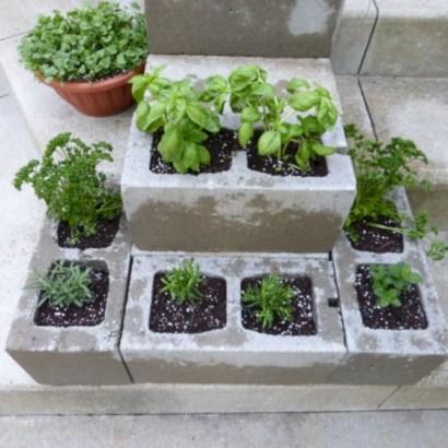 Ways to decorate your garden using cinder blocks 24