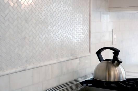 Adorable marble herringbone backsplash detail 30