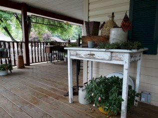 Rustic farmhouse front porch decorating ideas 34