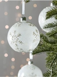 Ways to decorate your home with snowflakes and baubles 02