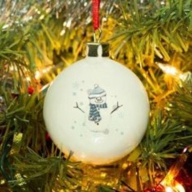 Ways to decorate your home with snowflakes and baubles 32