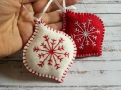Ways to decorate your home with snowflakes and baubles 33