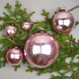 Ways to decorate your home with snowflakes and baubles 36