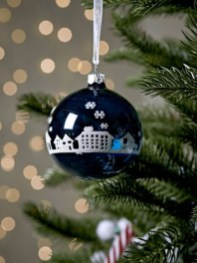 Ways to decorate your home with snowflakes and baubles 38