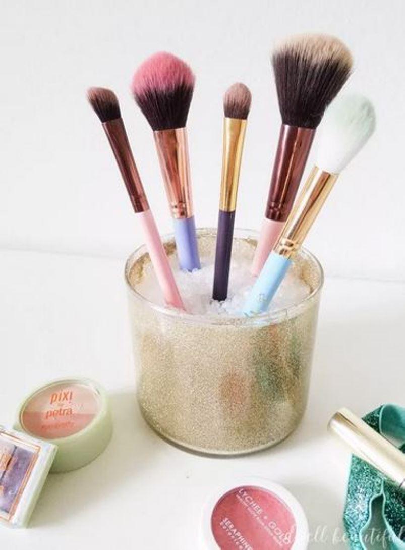 Make-up brushes holder