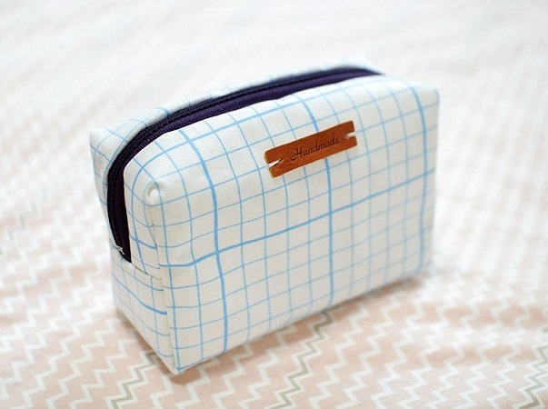 Diy toiletry bag with a leather tag DIY Indispensable Travel Bags You Can Create In A Weekend