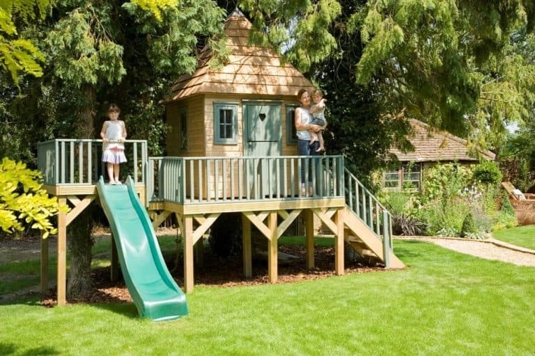 Diy treehouse DIY Garden Ideas To Serve A Playhouse For Your Family Member