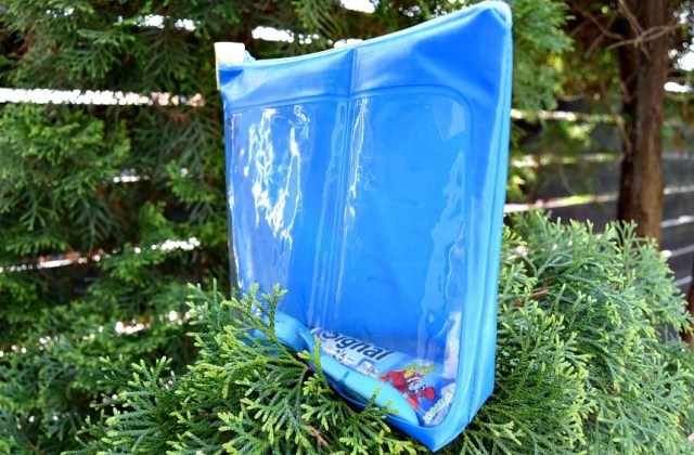 Diy waterproof toiletry bag with an acrylic part DIY Indispensable Travel Bags You Can Create In A Weekend