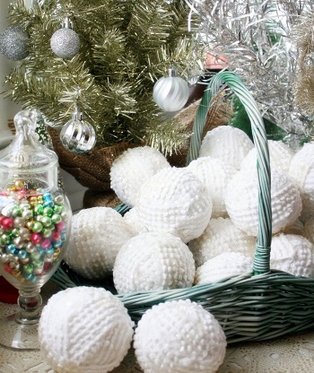 Snowballs from bedspreads DIY Ideas From Recycled Materials To Create Amazing Christmas Decoration