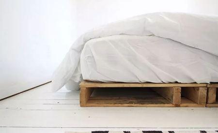 Wood pallet bedframe with storage space