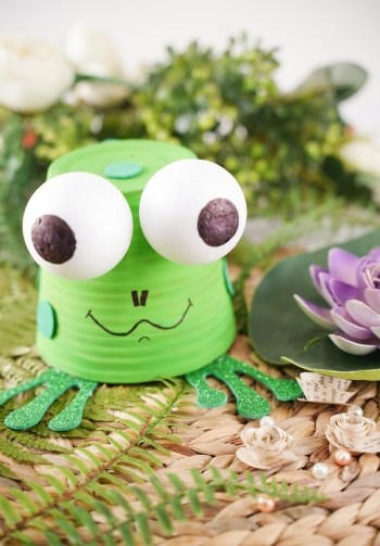 Upcycled flower pot frog1