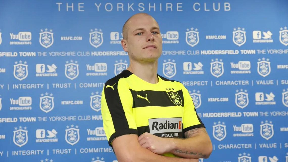 Aaron Mooy avec le maillot jaune et noire de Huddersfield