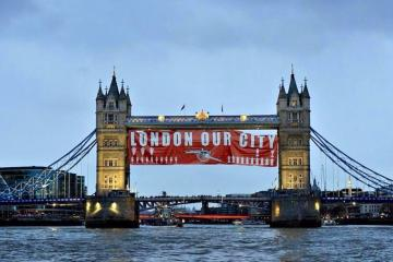 Les supporters d'Arsenal accrochent une banderole « London our city » sur le London Bridge