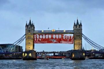 Les supporters d'Arsenal accrochent une banderole « London our city » sur le London Bridge